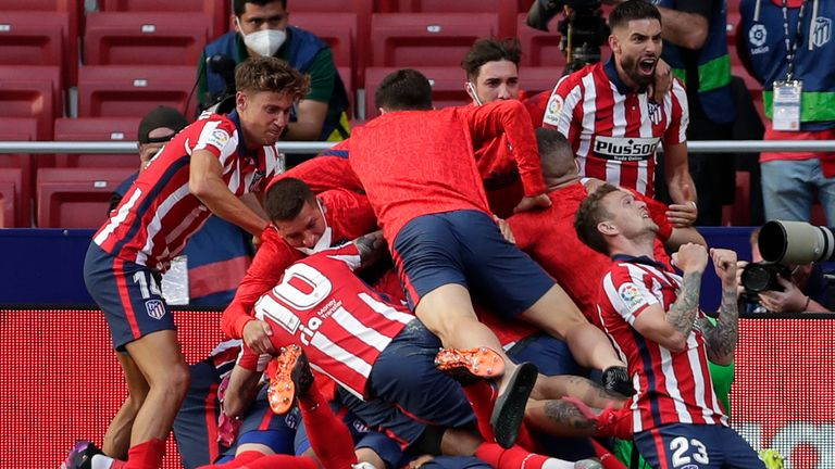 atletico madrid celebrate after luis suarez's late winner